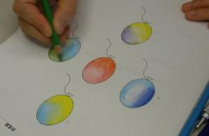 色を塗る順番、塗り方は人それぞれ。塗り終わった後に、意味を教えてもらい「へぇ~」とうなる受講者のみなさん