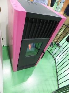 山本製作所のペレットストーブ「ほのか」のピンク色。