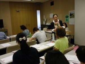 セミナー中に会場を巡回して説明する講師の早野由美恵さん
