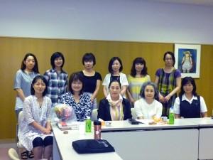 セミナー後の反省会にて、講師の先生を囲んでみんなで記念撮影☆